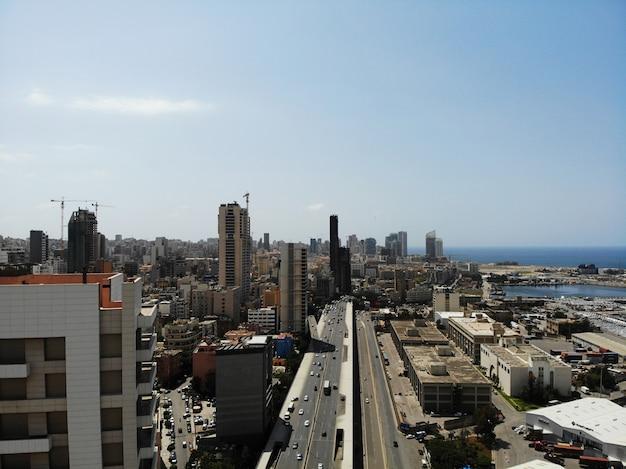 Vista dall'alto sul libano. paese dell'asia occidentale e del medio oriente che si chiama anche repubblica libanese. foto aerea creata da drone. beirut - grande e bella capitale.