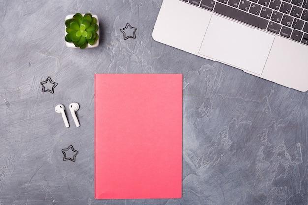 Vista dall'alto sul posto di lavoro con laptop e articoli per ufficio. copia spazio. organizzazione del lavoro, concetto di home office