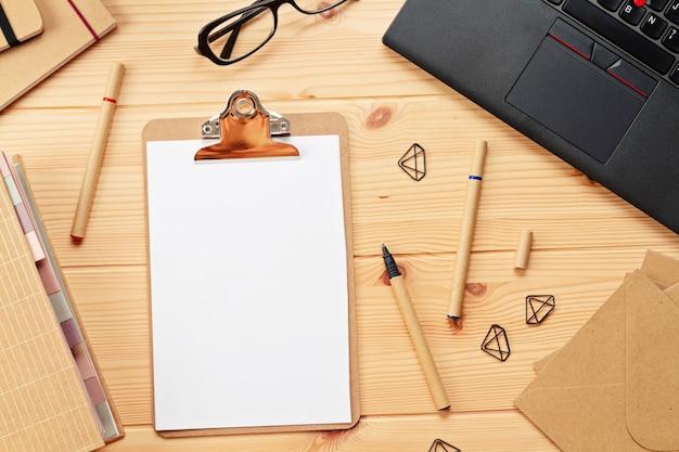 Vista dall'alto sul posto di lavoro con laptop e articoli per ufficio