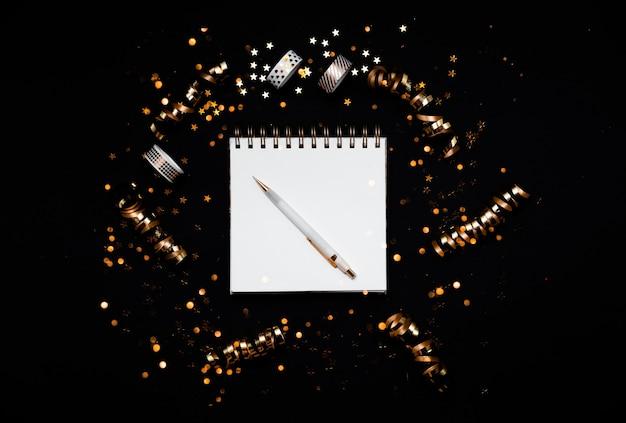 Vista dall'alto sul taccuino con la lista dei desideri del nuovo anno