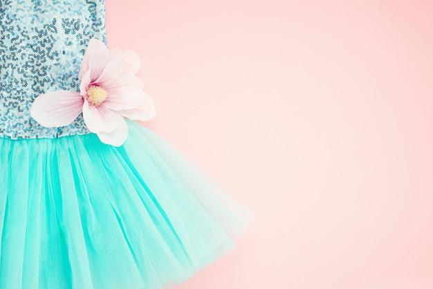 Vista dall'alto sul vestito tutu di balletto ragazza sopra il rosa.