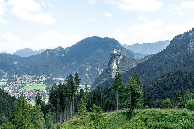 Vista dall'alto sulla città nella valle tra le catene montuose.