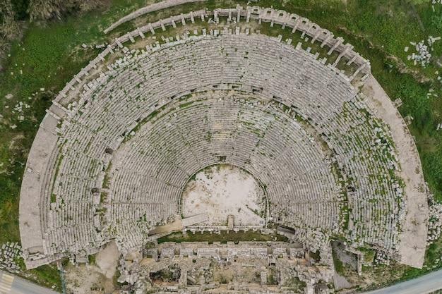Vista dall'alto sulla destinazione turistica perge tiyatrosu, antalya, turchia