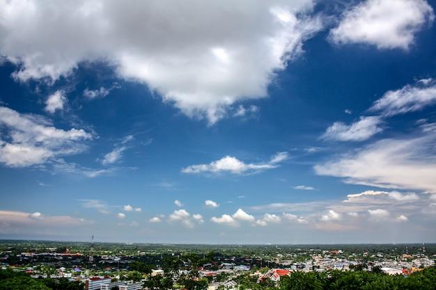 Vista dall'alto sulla montagna guarda in basso con cielo blu e nuvole bianche