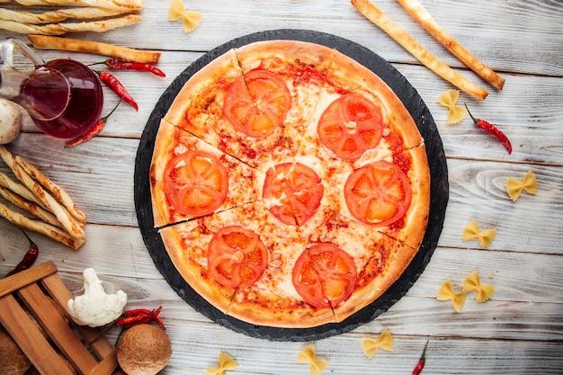 Vista dall'alto sulla pizza di pomodori margarita