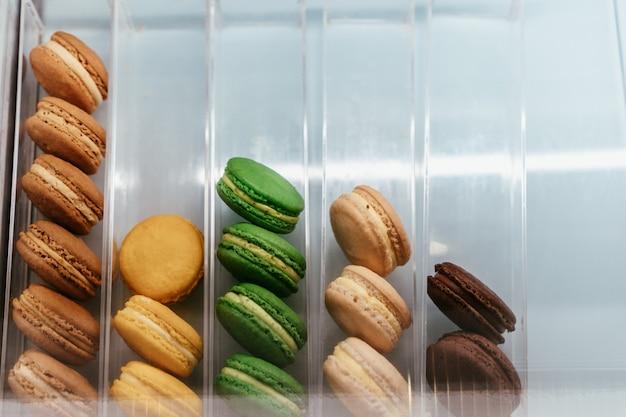 Vista dall'alto sulla scatola bianca con amaretti francesi pastello