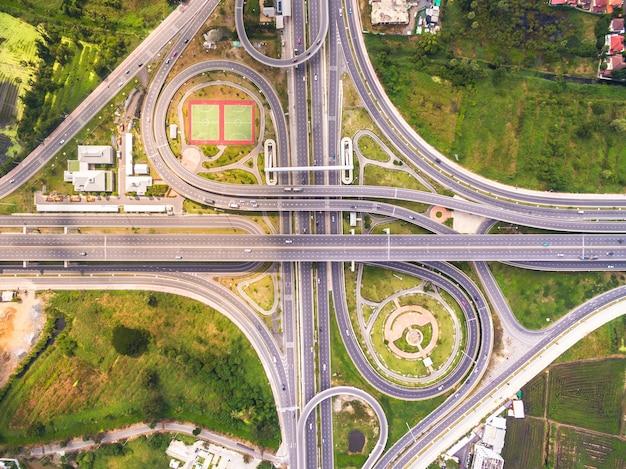 Vista dall'alto sulla strada e autostrada, ripresa aerea di interscambio autostradale di una città, shot fro