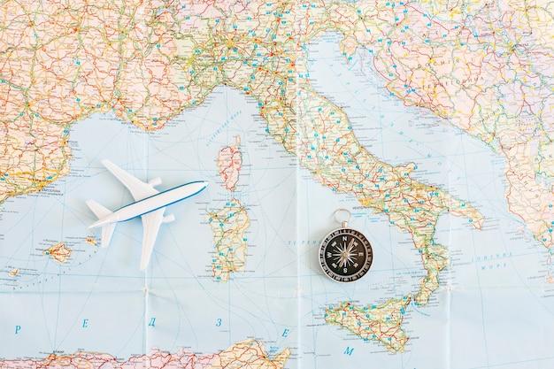 Vista dall'alto sullo sfondo di viaggio con aereo sulla mappa