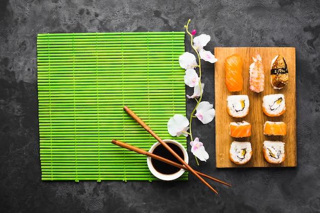 Vista dall'alto sushi placcatura sulla stuoia di bambù