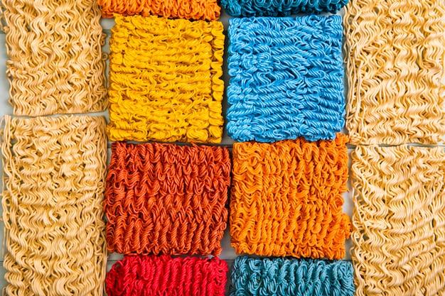 Vista dall'alto tagliatelle ramen colorate e di base