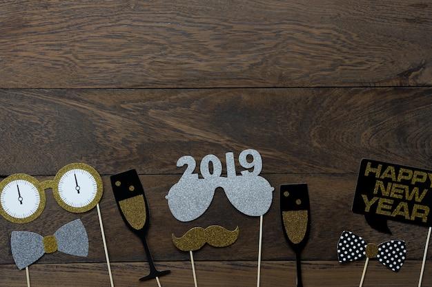 Vista dall'alto tavolo di decorazioni di buon natale e felice anno nuovo 2019 ornamenti.
