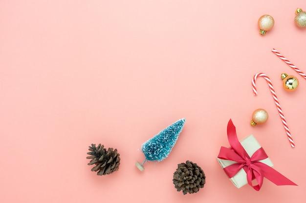 Vista dall'alto tavolo di decorazioni di buon natale e felice anno nuovo concetto di ornamenti.