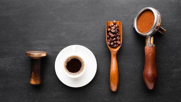 Vista dall'alto tazza di caffè con accessori