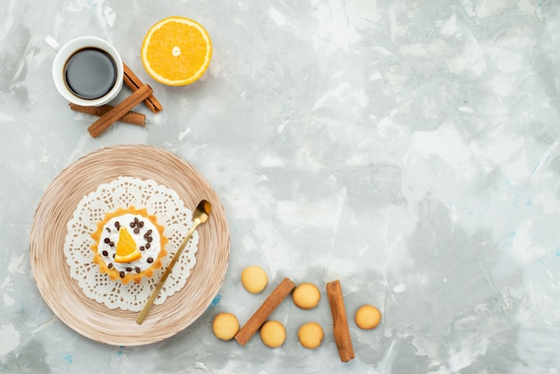 Vista dall'alto tazza di caffè con biscotti alla cannella e torta alla crema sulla frutta dolce zucchero superficie leggera