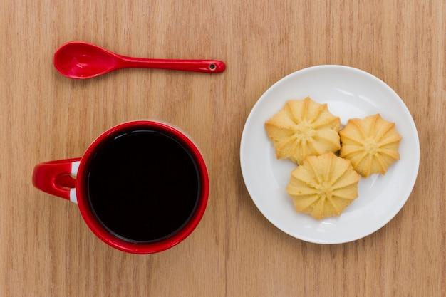 Vista dall'alto tazza di caffè con biscotti