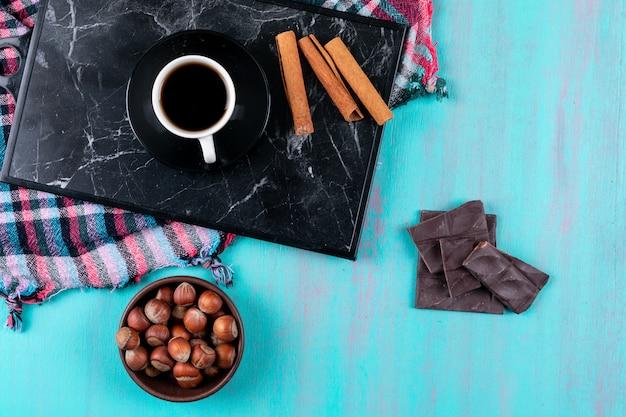 Vista dall'alto tazza di caffè con cannella e cioccolato