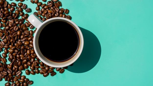Vista dall'alto tazza di caffè con cereali