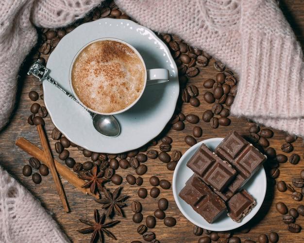 Vista dall'alto tazza di caffè con cioccolato