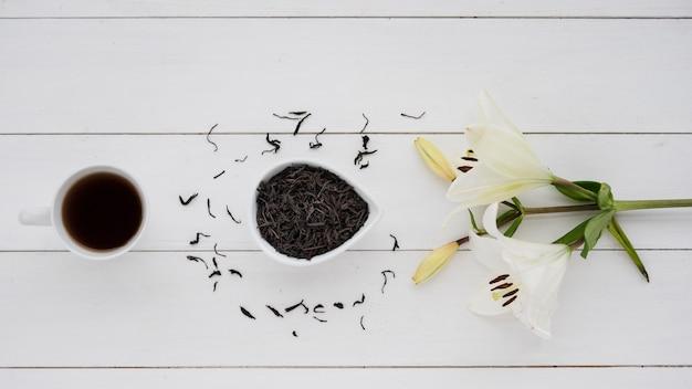 Vista dall'alto tazza di caffè con fiori