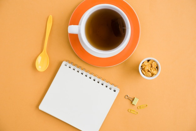 Vista dall'alto tazza di caffè con il taccuino