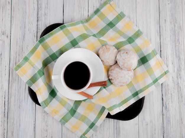 Vista dall'alto tazza di caffè con pan di zenzero e cannella sulla tovaglia