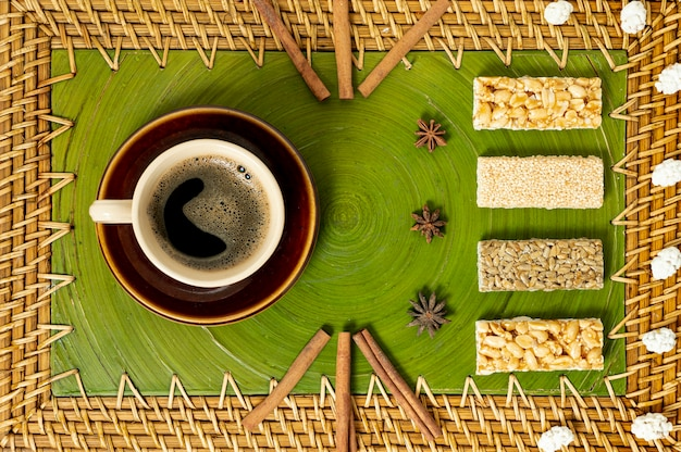 Vista dall'alto tazza di caffè e disposizione di barrette di cereali