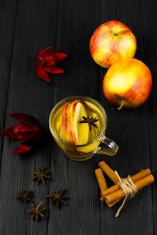 Vista dall'alto tazza di tè al limone con sfondo nero
