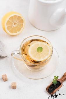 Vista dall'alto tazza di tè al limone