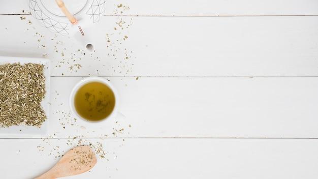 Vista dall'alto tazza di tè con foglie