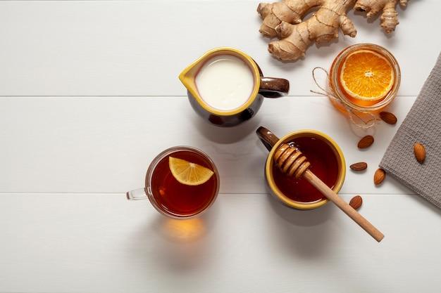 Vista dall'alto tazza di tè con miele e fetta d'arancia