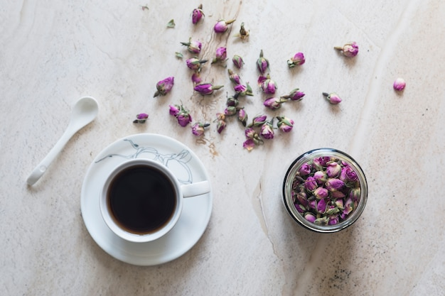 Vista dall'alto tazza di tè con tazza di fiori