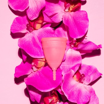 Vista dall'alto tazza mestruale con fiori