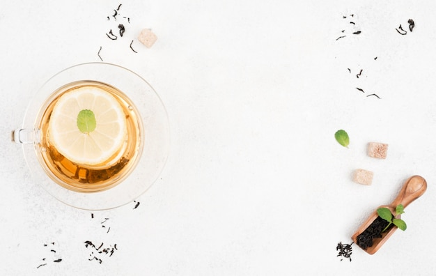 Vista dall'alto tè al limone e copia-spazio