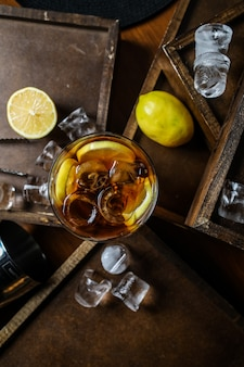 Vista dall'alto tè freddo al limone in un bicchiere