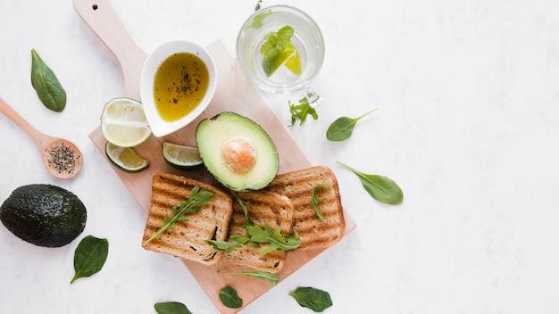 Vista dall'alto toast con avocado