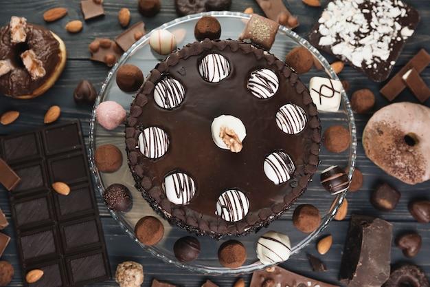 Vista dall'alto torta al cioccolato con roba al cioccolato