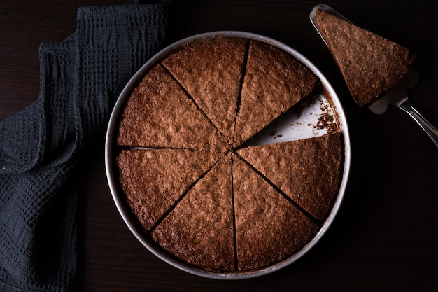 Vista dall'alto torta al cioccolato pronta per essere servita