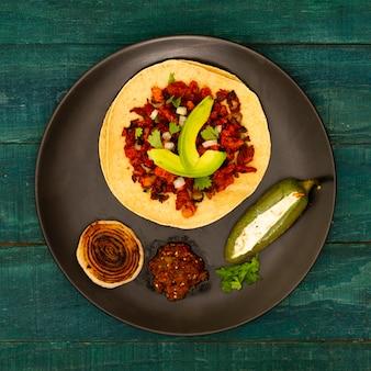 Vista dall'alto tortilla in un piatto con ingredienti