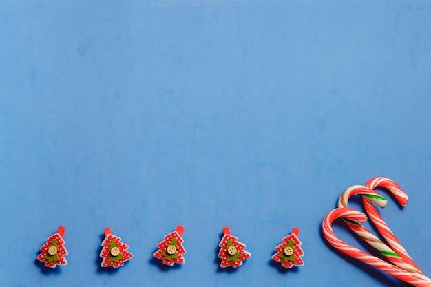 Vista dall'alto tre bastoncini di zucchero e cinque perni shaptd di abete rosso