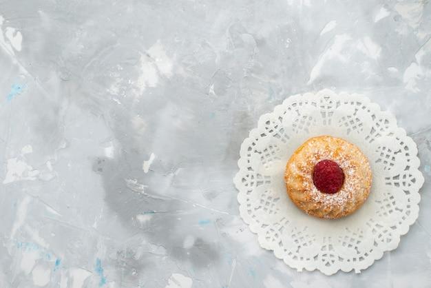 Vista dall'alto un po 'di torta alla crema con lamponi sul dolce alla frutta superficie chiara