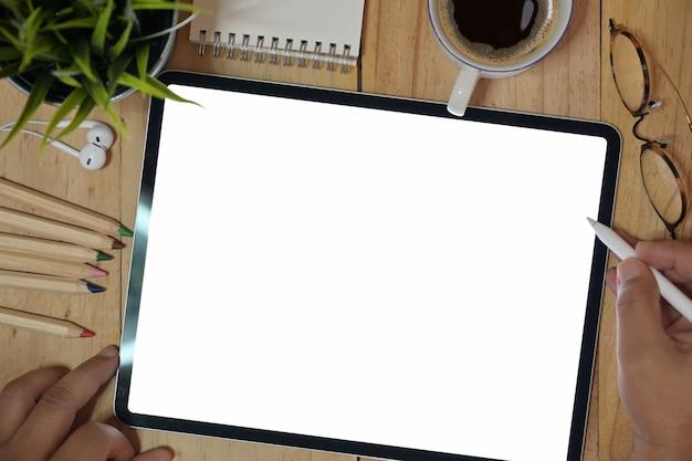 Vista dall'alto uomo con dispositivo tablet nell'area di lavoro
