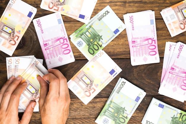 Vista dall'alto uomo contando soldi