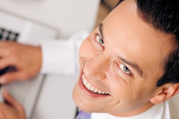 Vista dall'alto uomo d'affari sorridendo