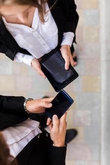 Vista dall'alto uomo e donna con i dispositivi