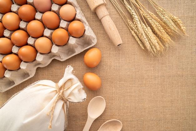 Vista dall'alto uova con forniture e copia-incolla