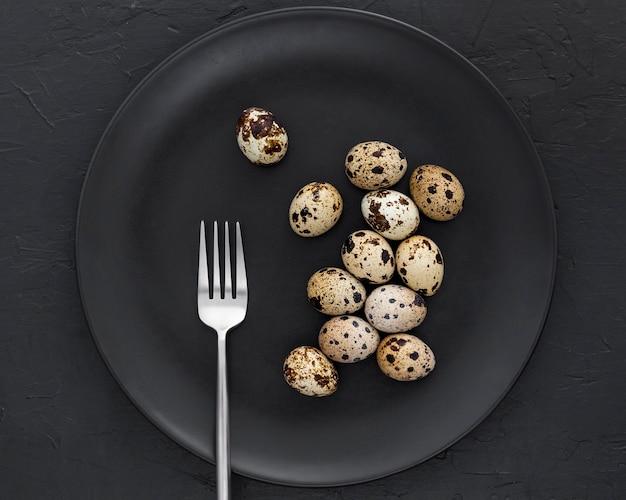 Vista dall'alto uova di quaglia fresche sul tavolo