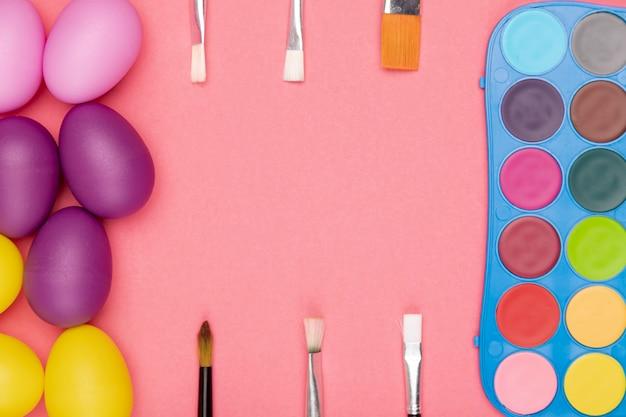 Vista dall'alto uova e acquerello con pennelli per la pittura