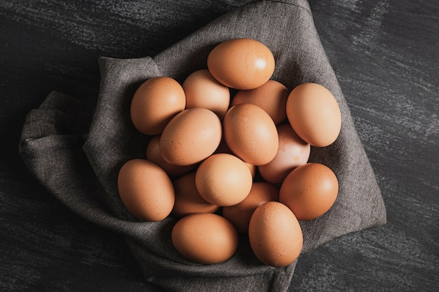 Vista dall'alto uova sul panno grigio