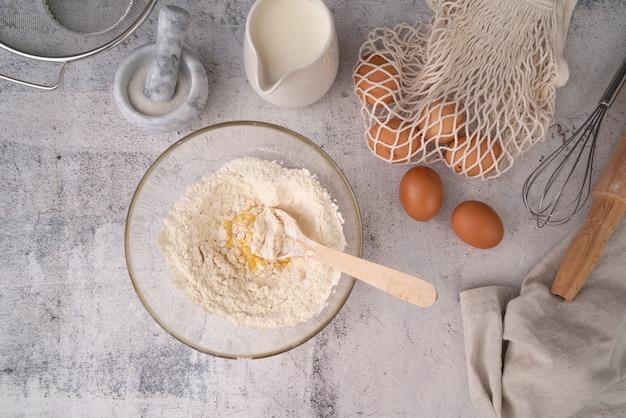 Vista dall'alto uovo con miscela di farina