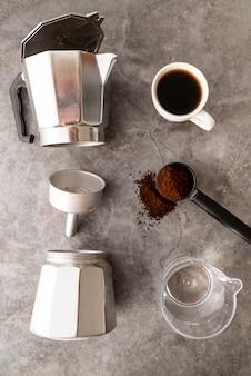 Vista dall'alto utensili per la preparazione del caffè
